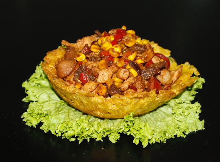 Canastilla de platano rellena de carnes