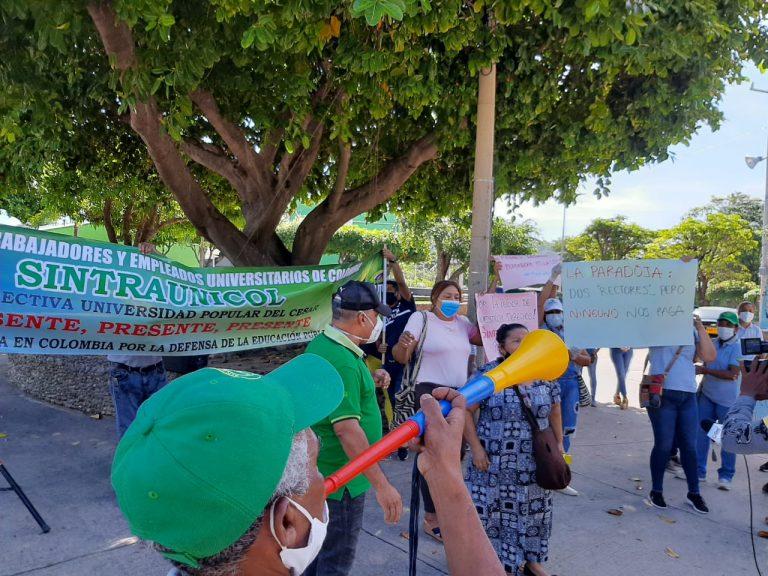 Protestan trabajadores de la UPC por falta de pago