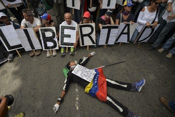 """""""El chavismo no quiere soltar el poder por ningún motivo y la oposición es muy pasiva, lenta y sin propósito ni acciones concretas"""", concluye Acosta."""